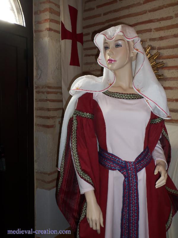 Robe de mariee rouge au moyen age